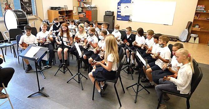Gr. 4-5 students' ukulele performance  image