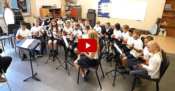 Gr. 4-5 students' ukulele performance